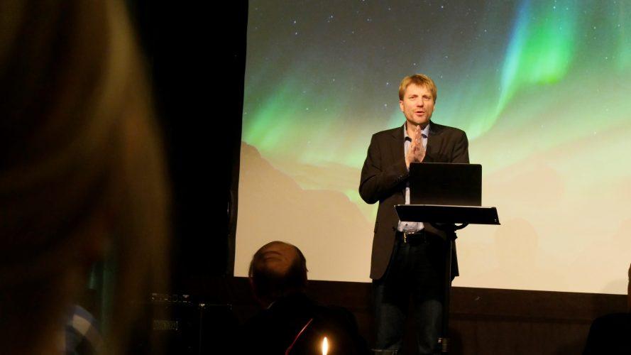 Førjulsglede_Bilde 9.Filosof, teolog og mediaprofil Espen Ottosen kåserte_MOLDE
