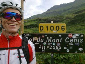 Bilde av Idrett uten alkohols prosjektleder Åsmund Kleivenes på sykkeltur over de franske alpene. Poserer i sykkelklær foran stedskiltet til Col du Mont Cenis, 2083 m.o.h.