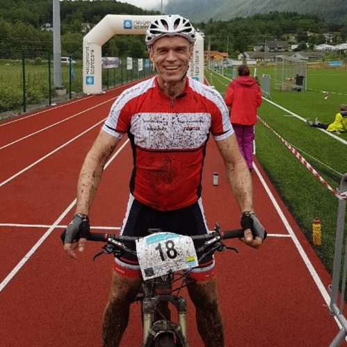 Bilde av Idrett uten alkohols prosjektleder Åsmund Kleivenes på terrengsykkel i målområdet, ikledd IUAs sykkelklær.