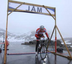 Bilde av Idrett uten alkohols prosjektleder Åsmund Kleivenes idet han passerer målstreken på Nibberittet.