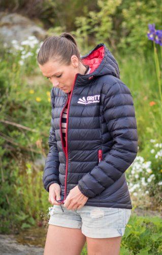 Ung kvinne viser Idrett uten alkohols sommerdunjakke