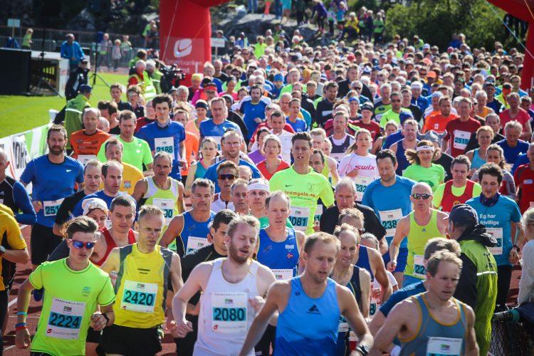Flere hundre løpere på vei ut fra start i KnarvikMila. Illustrasjonsbilde for IUAs tilbud om gratis startnummer.