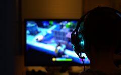 Gutt med hodetelefoner som spiller dataspill