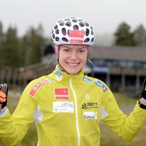 Skiløper Magni Smedås med sykkelhjelm og gul treningsjakke. På rulleski.