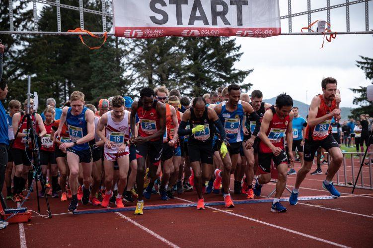 Løpere på startstreken til Sandnesløpet. Få gratis startnummer til Sandnesløpet