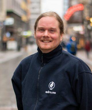 Profilbilde av Bo-Nicolai Gjerpen Hansen på sløret gatebakgrunn