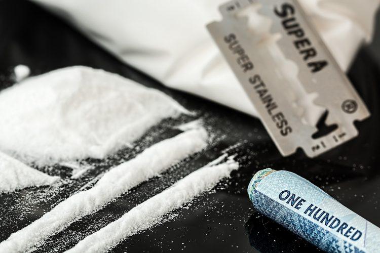 Bilde av kokainstriper og et barberblad