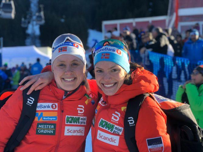 Skiløper Magni Smedås holder rundt lagvenninne. Begge i oransje teamdunjakker.