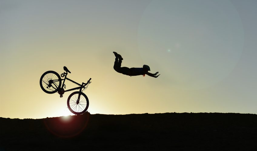 Syklist som stuper framover etter at framhjulet støter mot en stein.