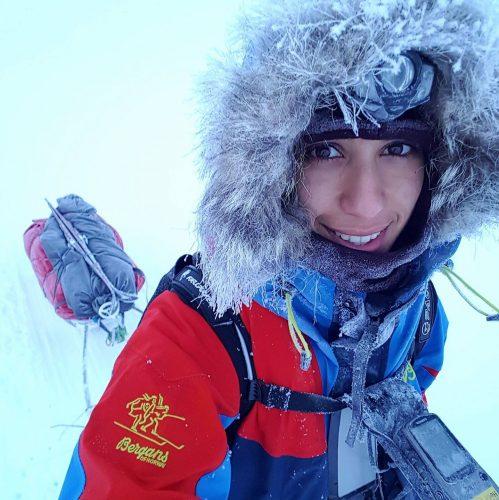 Selfie av ekspedisjonsjenta Amy Mir med pulk.
